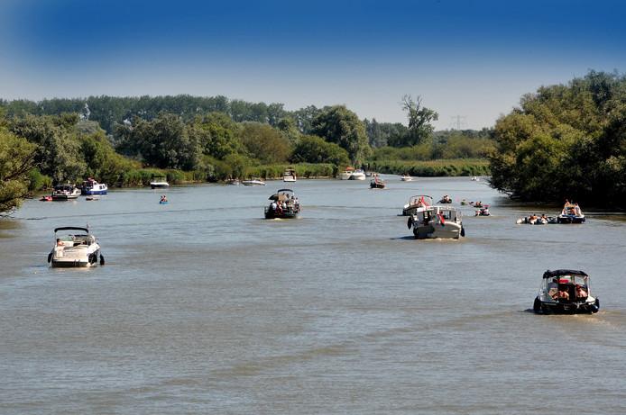 Archieffoto van varende boten in de Biesbosch.