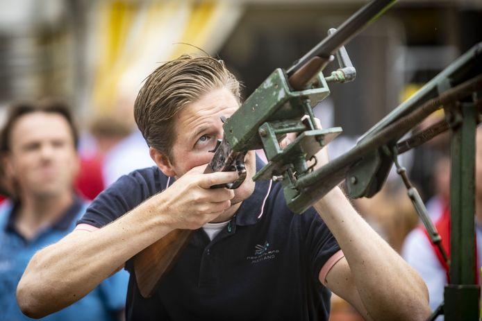 Opperste concentratie bij Frank Egberink tijdens het vogelschieten, hoogtepunt van jaarlijkse Volks- en schuttersfeesten in Tubbergen.