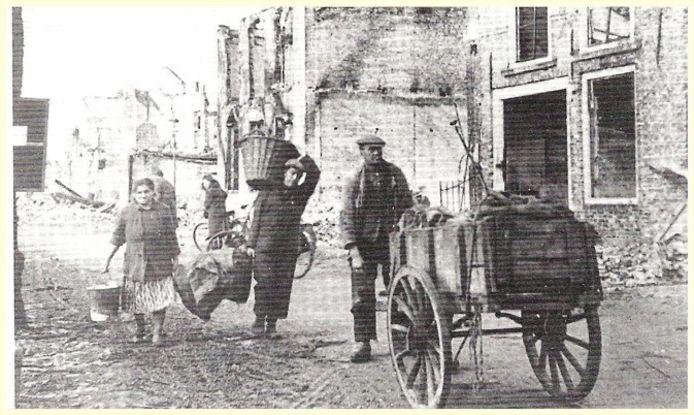 Sluis, 1944: Vluchtelingen in de Hoogstraat in Sluis (volgens sommigen Breskens). Het extreme oorlogsgeweld tijdens de bevrijding van West-Zeeuws-Vlaanderen) dwingt de inwoners tot evacuatie en vlucht. Honderden burgers komen om. fotograaf onbekend - Archief gemeente Sluis