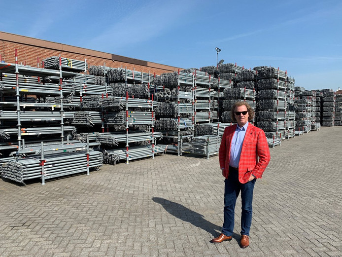 André Rieu voor de 700 ton aan steigermateriaal.