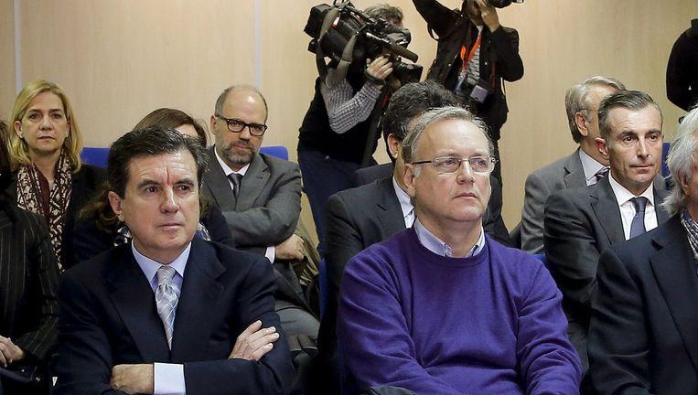 Prinses Cristina (achter, links), zit met haar medeverdachten in de beklaagdenbank. Beeld null