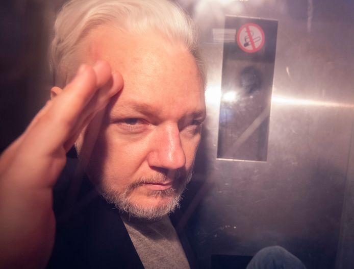 Julian Assange in een auto van de gevangenis waar hij verblijft.