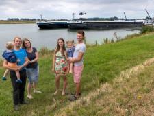 Schippersfamilies vieren vakantie op 'watercamping' in Maas