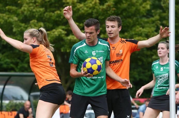 GKV/Enomics uit Gorinchem (in het oranje) en Vriendenschaar uit Hardinxveld-Giessendam (in het groen) treffen elkaar dit seizoen op het veld.