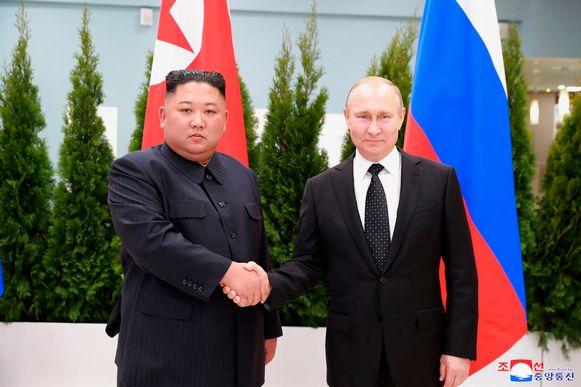 Kim Jong-un en Vladimir Poetin schudden elkaar de hand tijdens hun topontmoeting.