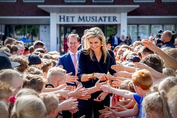 Koningin Máxima tijdens haar bezoek aan het Musiater in Zevenaar. Links achter haar Bert Frölich, directeur-bestuurder van Kunstwerk! de Liemers.