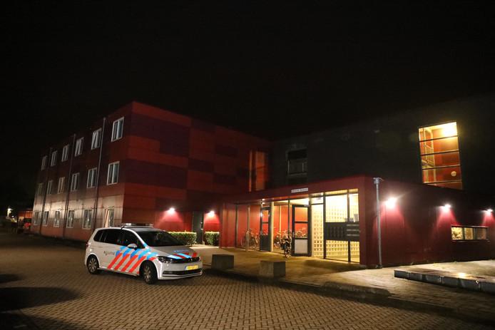 De politie doet onderzoek aan de Haarweg na de beroving van een studenten in Wageningen.
