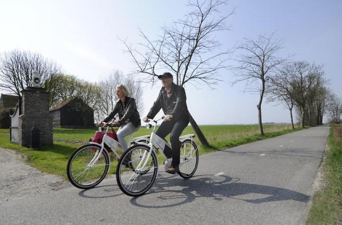 Annelieke Landré en Krijn de Regt op een van 'hun' fietspaden op het Walcherse platteland net buiten Middelburg. foto Ruben Oreel