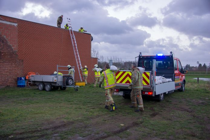 In de Kouterdreef in Belsele moest de brandweer zandzakken leggen op een plat dak dat door de wind was losgekomen.