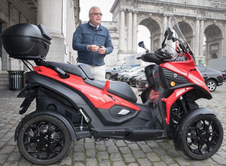 Prins Laurent laveert het liefst op zijn vierwielige Qooder door het Brusselse verkeer.  (archieffoto september 2018).
