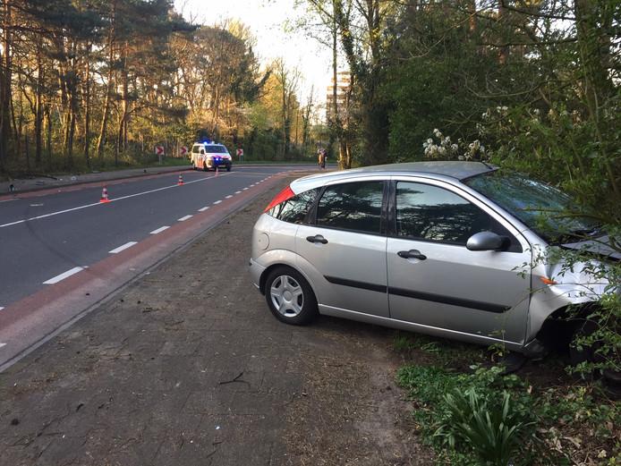 De auto belandde nadat hij uit de bocht vloog in de bosjes.