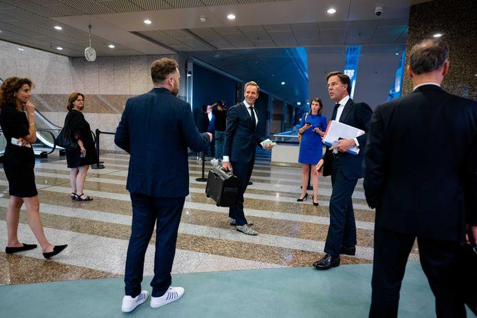Fractievoorzitter Klaas Dijkhoff (VVD)groet premier Mark Rutte tijdens de eerste dag van de Algemene Politieke Beschouwingen, het debat na de troonrede op Prinsjesdag.