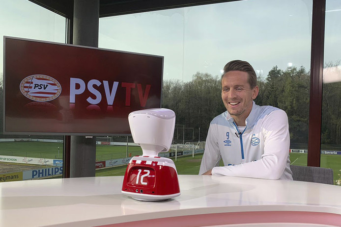 Luuk de Jong, aanvoerder van PSV, met de AV1 robot van No Isolation.