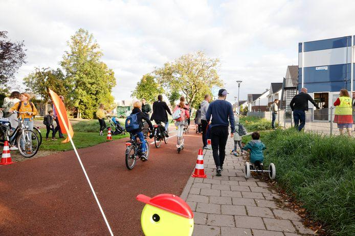 School de verbinding met ingang aan snelfietspad wat tot gevaarlijke toestanden leidt, Barbarastraat. Nijmegen, 10-9-2020 .