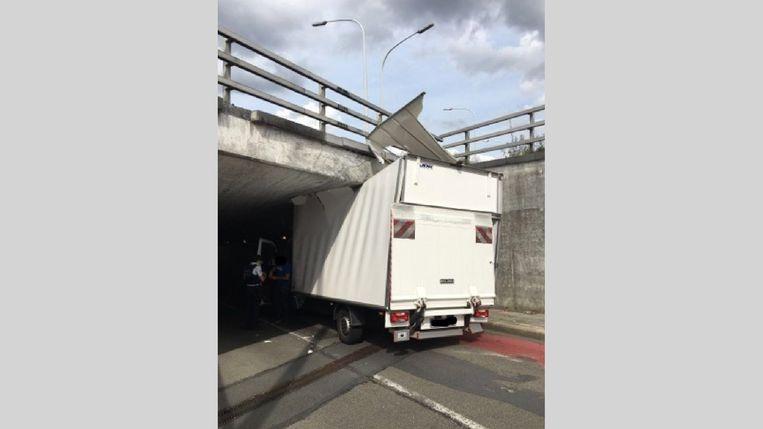 De bestelwagen liep aanzienlijke schade op en moest worden getakeld