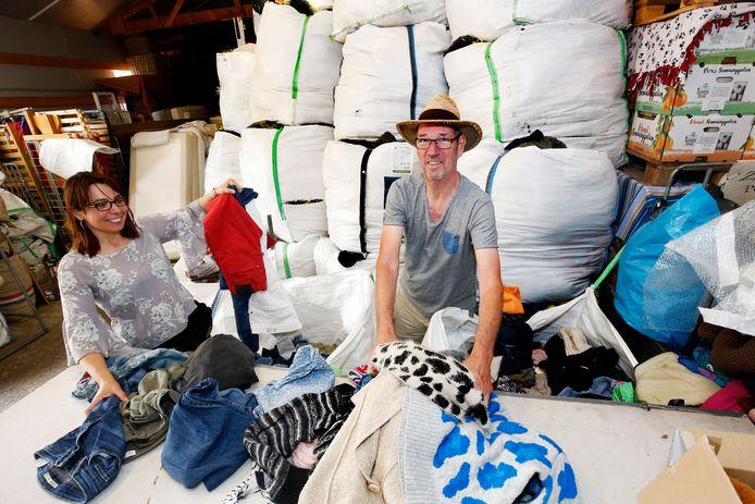 Emmaus kreeg volgens Jos van der Meer (rechts) honderden kilo's extra kleding binnen in de afgelopen maanden.