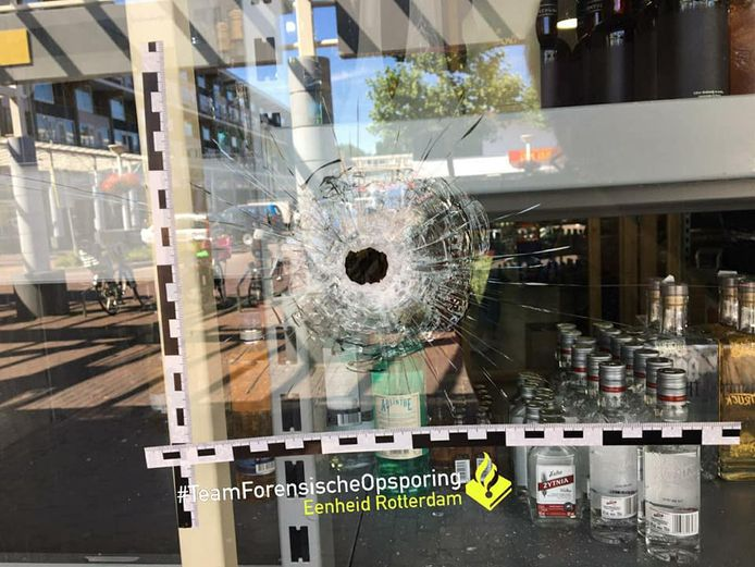 In de pui van een winkelpand op het Van Oldenbarneveltplein in Dordrecht werd een kogelgat aangetroffen.
