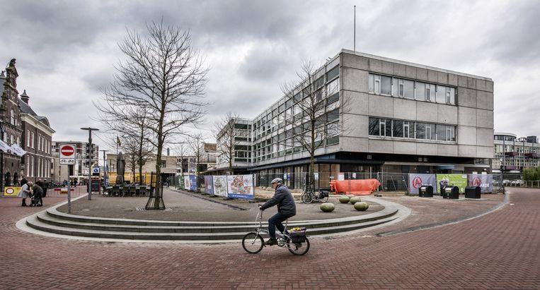 De lege V&D-kubus aan het doodse Centrumplein in Almelo. Beeld Raymond Rutting / de Volkskrant