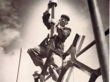 Nol Roelofsen plaatst haan op  Doesburgse toren