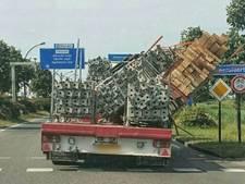 Vrachtwagen verliest bijna lading balken in Amersfoort