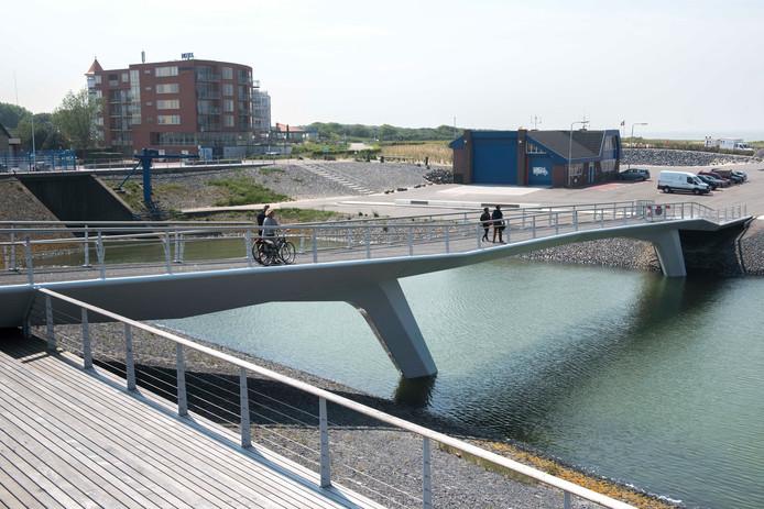Het gemaal van Cadzand-Bad, op de achtergrond te zien, staat op de lijst met gemeentelijke monumenten. Waterschap Scheldestromen ziet die status niet zitten.