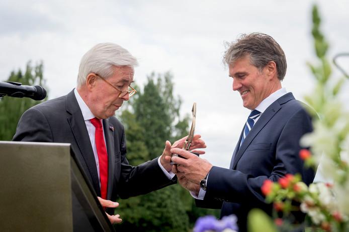 Henk Kessler (links) en winnaar van de zilveren haring dhr Roerink van de Zuivelhoeve