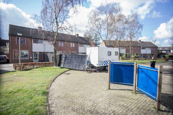 De omgeving van de woning in Etten-Leur is afgezet door de politie.