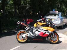 Kop-staart-botsing met motor en lesauto in Wierden, motorrijder naar ziekenhuis