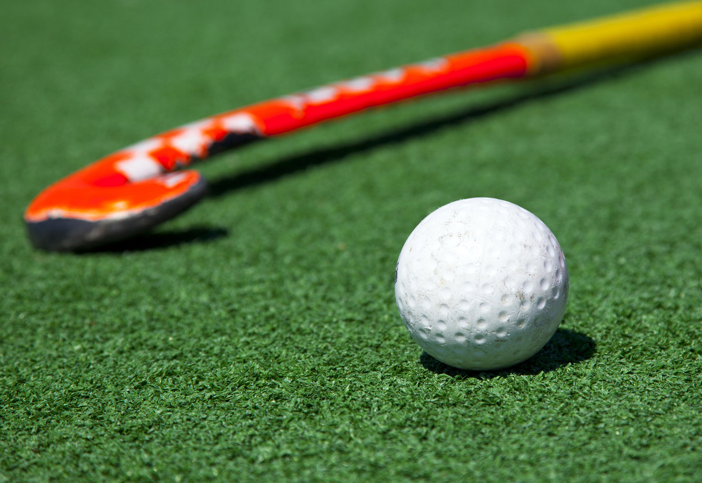 Sportieve senioren die in Veldhoven op pad gaan met Jack Gudden vermaken zich onder andere met hockeysticks.