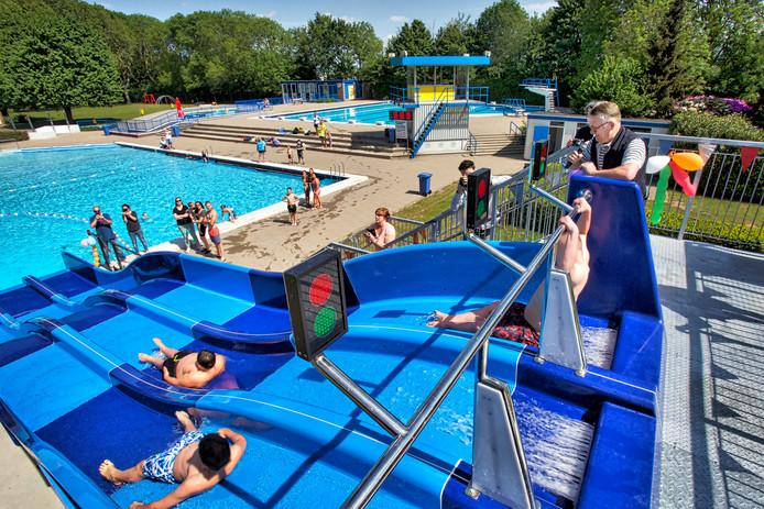 b0d2355c224 Opening van de nieuwe glijbaan bij zwembad Ganzenwiel in Raamsdonksveer.