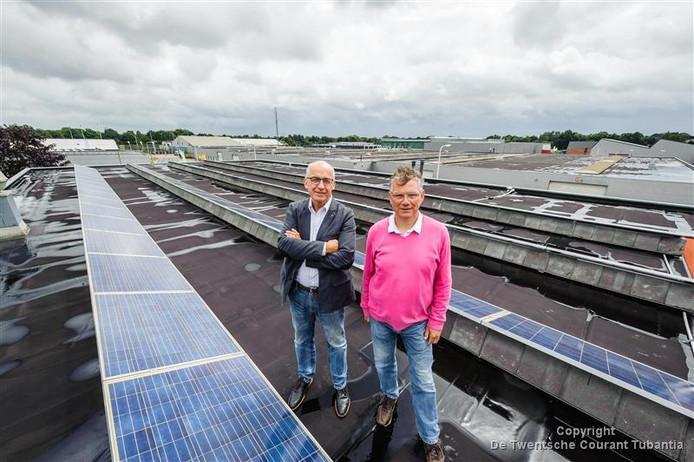Voorzitter Wim Boom (links) met Kees van Dorth (secretaris) van de Stichting Duurzame Energie Wierden Enter tussen de zonnepanelen
