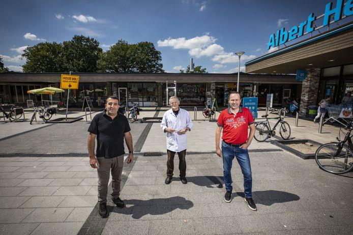 Petros Petrosyan (Oriental De Thij), drogist Henny Riekhoff en Sander Baak (Cigo De Thij) zijn trots op de facelift die het winkelcentrum De Thij heeft gekregen.
