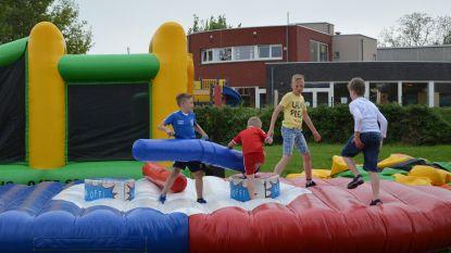 Kinderen ravotten aan Centrum De Kouter tijdens Buitenspeeldag