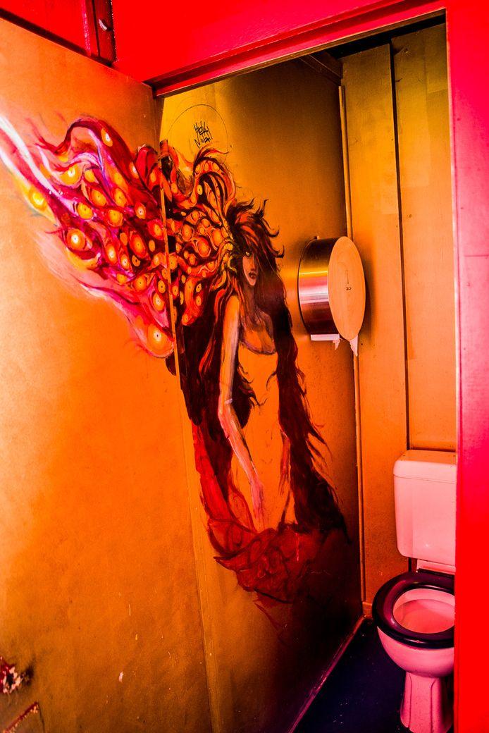 Gigi de Murel in damestoilet van café Jos.