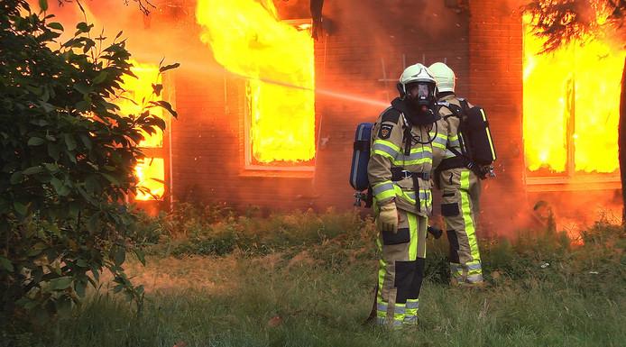 De brandweer probeert het vuur te bestrijden.