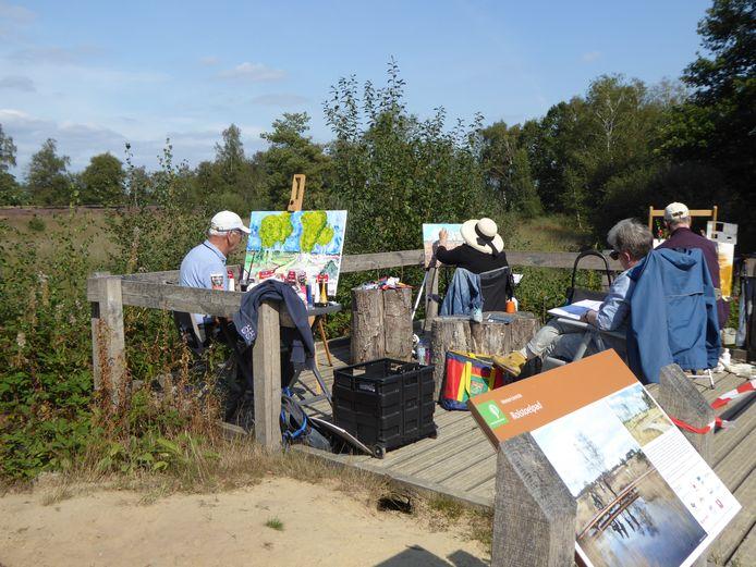 Kunstenaars aan het werk waaronder Marianne Baijens (met witte hoed) en Mirjam van Asten (blauwe jas).  Misschien een idee voor website