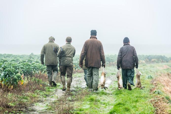 Jagers met hun vangst.