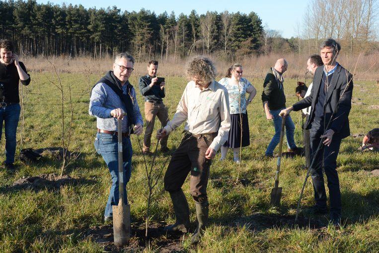 Minister Koen Van den Heuvel kwam maandag een handje toesteken bij de boomplantactie.
