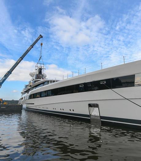 Gloednieuw en luxe megajacht vaart uit Jachthaven Kaageiland