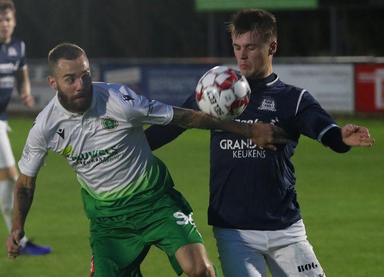 Beeld uit de heenmatch: Simoens van Torhout in duel met Kjell Vanmaele (r.).
