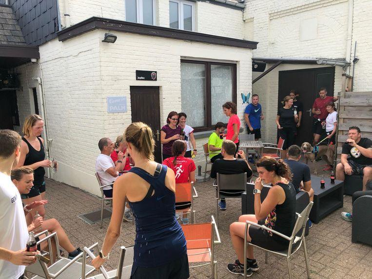 Het parcours startte aan de kerk van Mere en halfweg was er een pauze met water. Achteraf werd op het terras van café Patronaat bijgekletst bij een drankje van de patron.