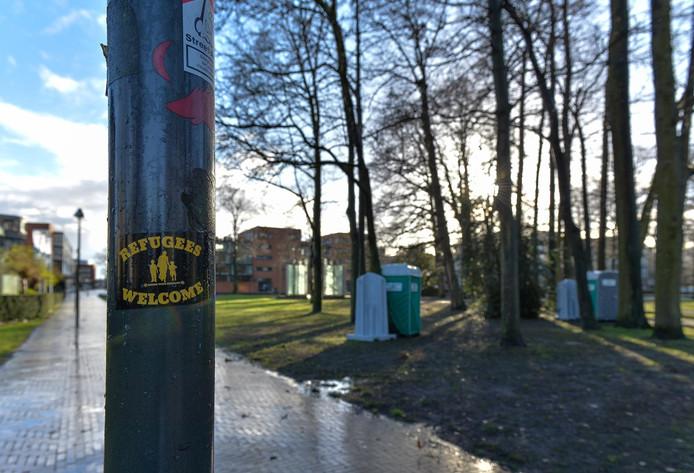 In het Beekpark zijn op verschillende plekken stickers met de tekst 'Refugees Welcome' geplakt