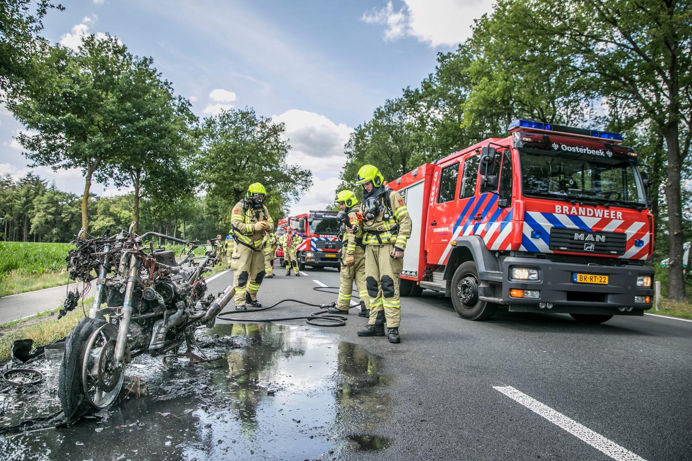 Op de Amsterdamseweg N224 in Arnhem is maandagmiddag een motor volledig uitgebrand. Niemand raakte gewond.