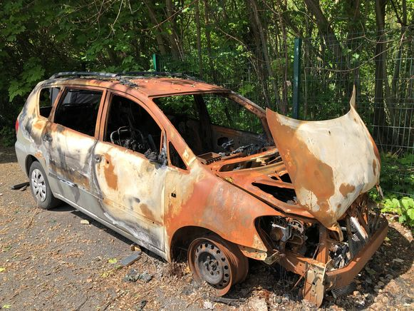 Het uitgebrande autowrak staat nu al vier maanden op de Gudrunlaan.