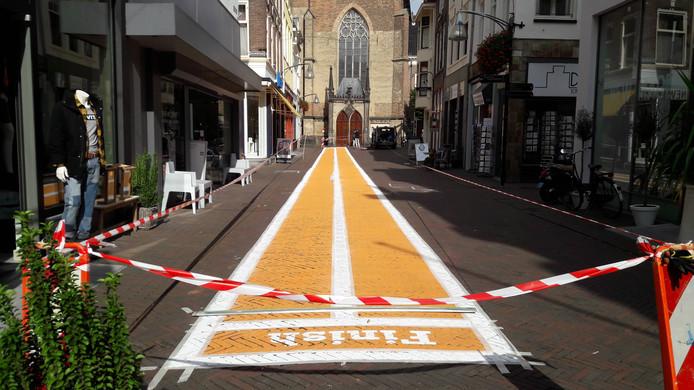 De Engestraat in Deventer is omgetoverd in een atletiekbaan.
