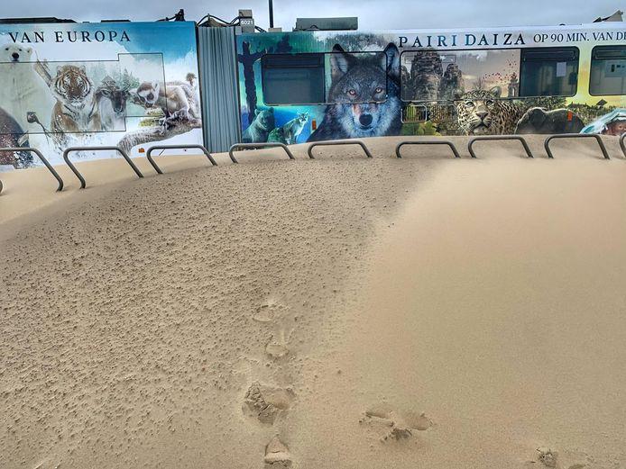 Tram zit vast in het zand in Middelkerke