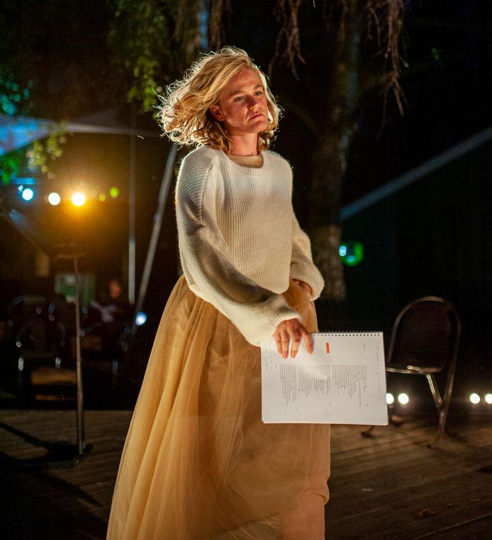 Anne-Chris Schulting in 'Hemelhoog...', de meest recente voorstelling van Afslag Eindhoven.