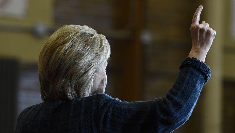 Presidentskandidate Hillary Clinton wijst naar boven Beeld ANP