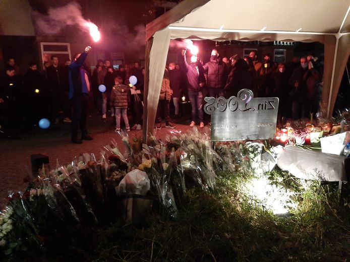 Een zee van bloemen op de plek in Wijchen waar deze week het fatale incident plaatsvond.