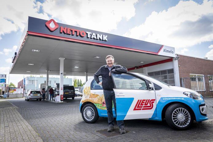 Rob Leus bij zijn net gekochte tankstation aan de Plesmanweg.